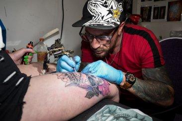 Los tatuajes invadieron la piel y el Centro de Convenciones