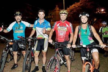 Medio centenar de ciclistas iluminaron la 2° recorrida nocturna en Costanera