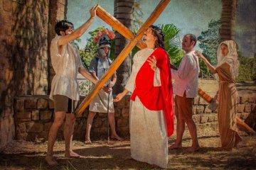 Las 14 estaciones del Vía Crucis en el Parque San Carlos