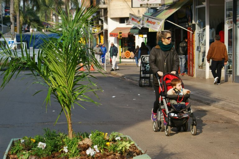 El consumo no levanta y los comerciantes de la peatonal buscan alternativas.