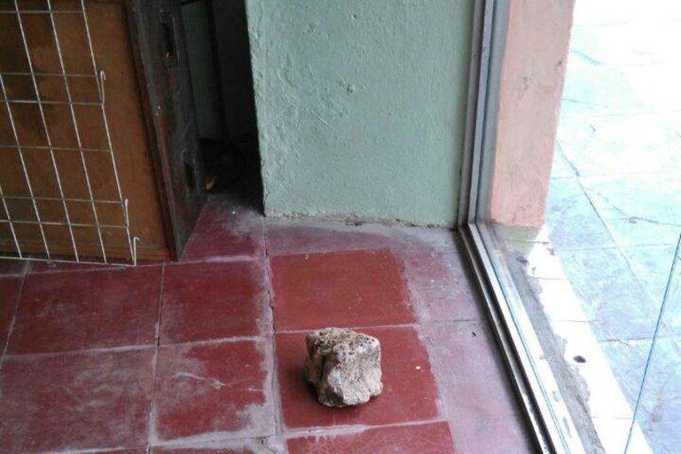 La piedra que usaron para romper la vidriera.