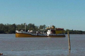 Un barco arenero trabaja en el recupero de playa Los Sauces