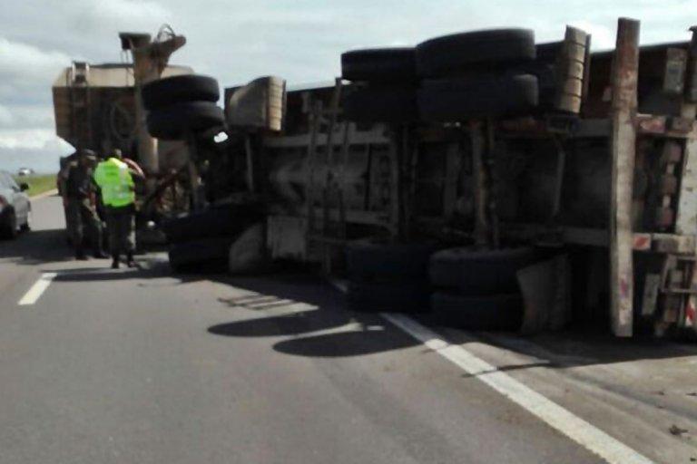 Un camión volcó su acoplado en la Autovía