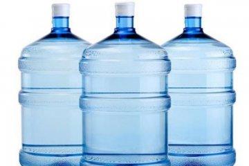 Se decomisó un importante cargamento de agua envasada adulterada