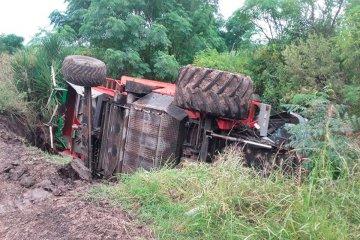 Una trilladora volcó en plena ruta y su conductor resultó herido