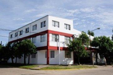 Abrazo simbólico al colegio de Chajarí que presenta corre peligro de derrumbe
