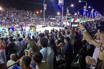 Un corsódromo abarrotado le bajó el telón al carnaval y este martes se conocerá la comparsa ganadora