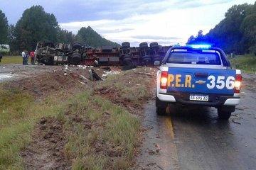 RUTA 14: Un camión volcó y quedó atravesado en ambas manos de la autovía