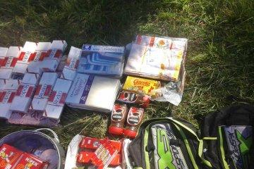 """Dos jóvenes """"bagayeros"""" fueron interceptados transportando variada mercadería"""