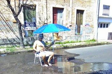 """Un comerciante decidió """"veranear"""" en la pérdida de un caño de agua sobre la calle"""