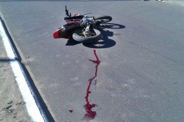 Un motociclista se encuentra en grave estado luego de chocar con otra moto que se dio a la fuga