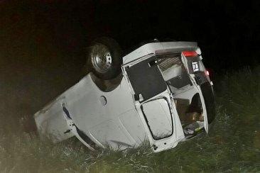 Una camioneta utilitario despistó y volcó en la autovía de la ruta 14