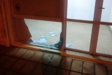 Rompieron los vidrios y las puertas de la Radio Municipal de Santa Ana