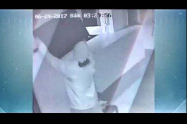 VIDEO: Delincuente encapuchado robando un televisor en un centro odontológico
