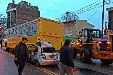 VIDEO: Así fue el rescate de automovilista que chocó contra un colectivo