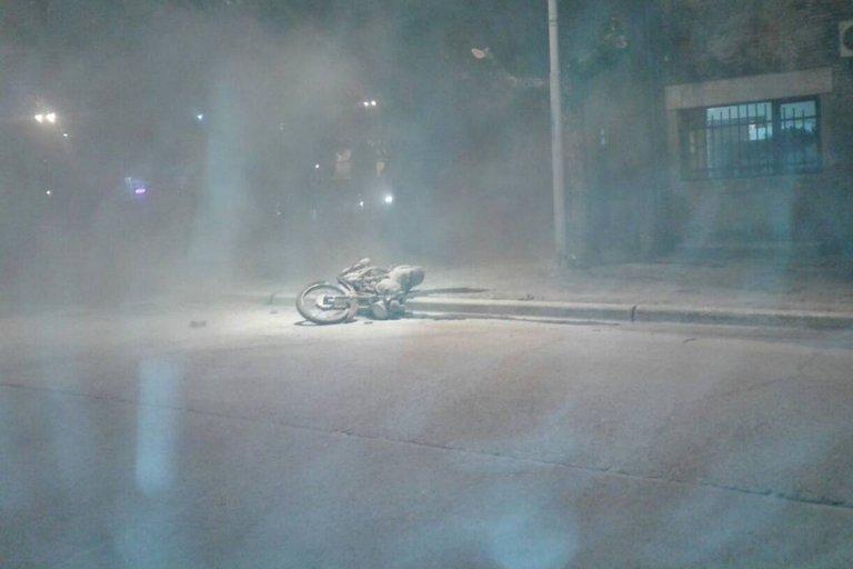 La moto se incendió tras el choque