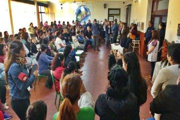 En una acalorada reunión escolar los padres piden la expulsión de presuntos abusadores