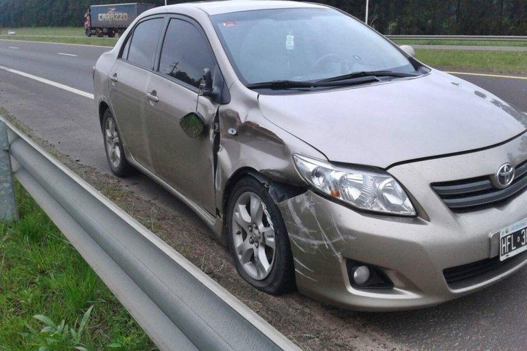 El Corolla habría impactado contra una rueda del camión.