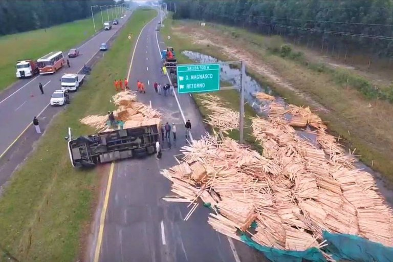 La carga quedó desparramada sobre la ruta.