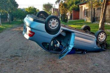 Un automóvil volcó y quedó con sus cuatro ruedas hacia arriba