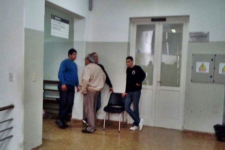 Los policías acompañados por su abogado defensor.