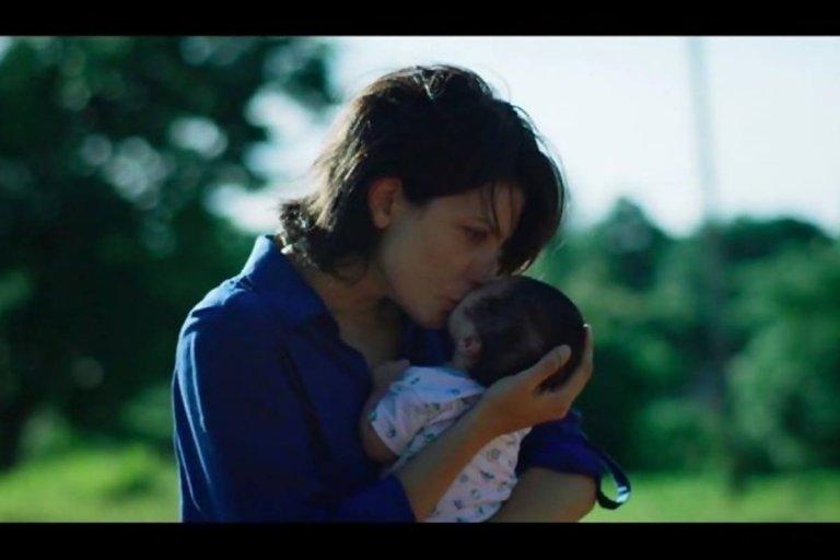 La odisea de adoptar un bebé planteada en la película.