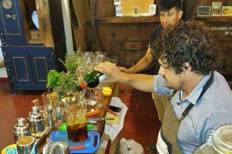 El Bartender y cantinero entrerriano Matías Visconti, preparando el cóctel.