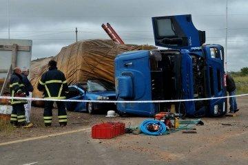 RUTA 14: Un camión aplastó un auto y murieron cuatro personas