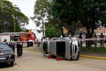 Un automóvil volcó tras colisionar con otros dos vehículos