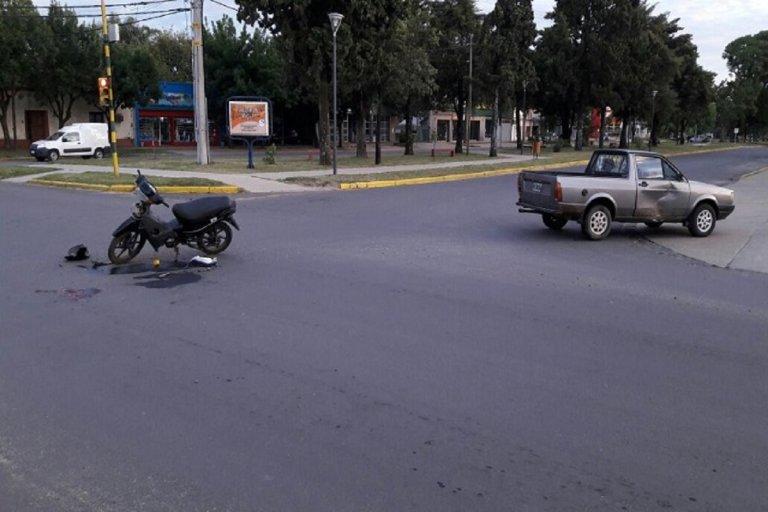 El motociclista debió ser asistido por el servicio de emergencias médicas.