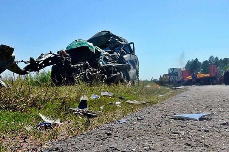 El vehículo de menor porte quedó destrozado.