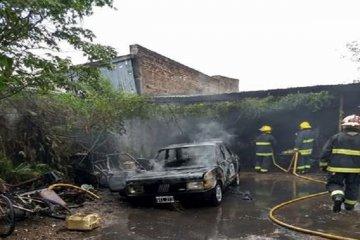 Las llamas consumieron la totalidad de un automóvil