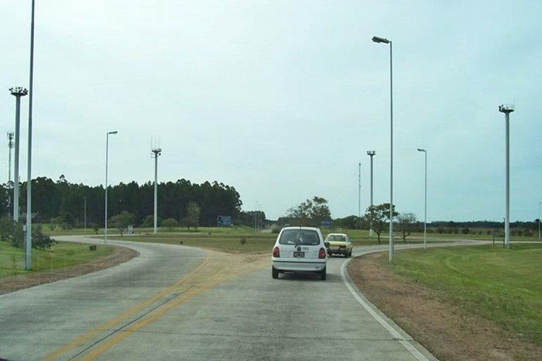 El accidente se registró en la rotonda de acceso a Salto Grande.