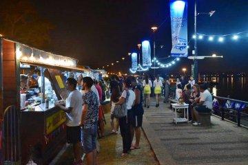 Regresan los carros gastronómicos a la orilla del río Uruguay
