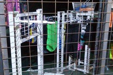 Rompieron la vidriera y se robaron mercadería de un negocio de calle Tavella