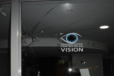 Atacaron a piedrazos el frente de un reconocido centro oftalmológico