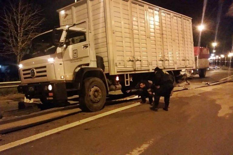 El camión quedó bloqueando el ingreso a la Av. Pte. Perón.