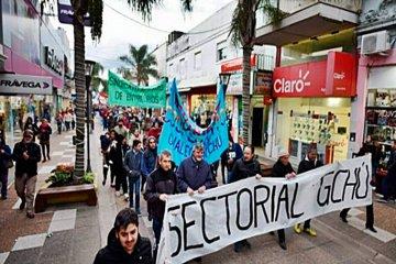 """Más de 200 personas marcharon contra el """"tarifazo"""" y el FMI en una ciudad entrerriana"""