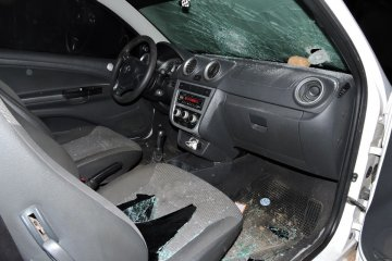 Jóvenes destrozaron los vidrios de una camioneta y una vivienda familiar