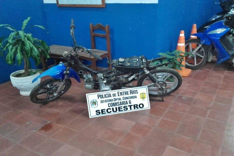 Lograron escapar pero dejaron abandonada la moto.