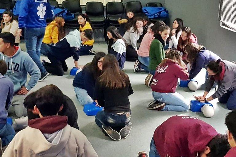 Los estudiantes aprendieron a responder a posibles emergencias.