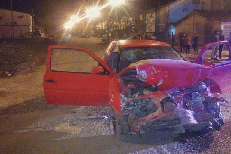 Derraparon y chocaron una camioneta estacionada