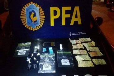 La policía Federal secuestró marihuana y cocaína de un remis