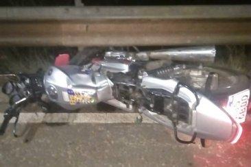 Un joven en gravísimo estado al chocar con su moto el guardrail del Puente Alvear