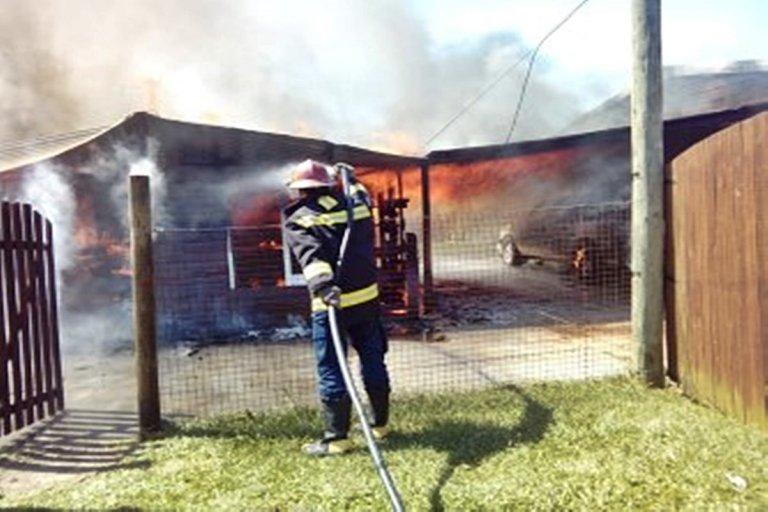 Las llamas consumieron totalmente a la casilla.