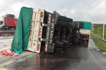 Un camión volcó en el empalme de la autovía Artigas y la ruta nacional 18