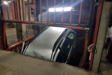 Dos personas atrapadas por un auto que se cayó en el hueco de un ascensor