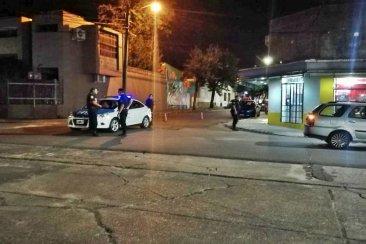 Un patrullero protagonizó un accidente de tránsito en la esquina de la plaza España