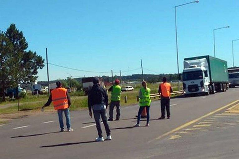 Los manifestantes paran todo el transporte vinculado a la actividad