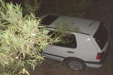 Perdió el control de su auto y terminó en una alcantarilla